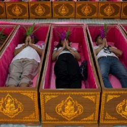 Kỳ Lạ Thái Lan! Ngủ Trong Quan Tài Mang Lại May Mắn